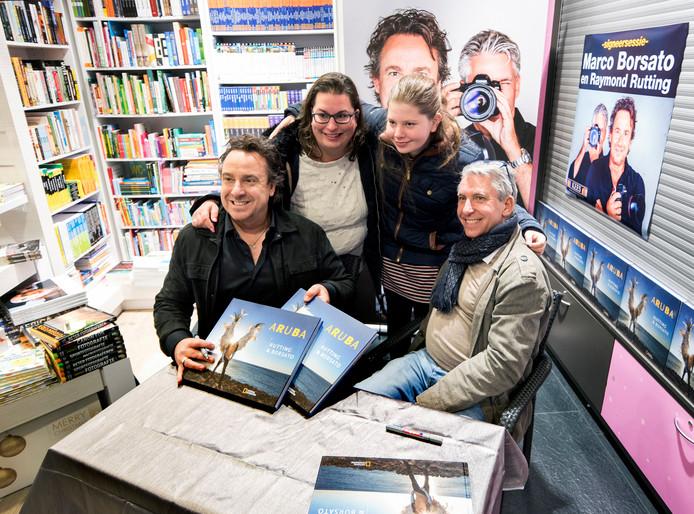 In de rij voor een gesigneerd fotoboek en een selfie met auteurs Marco Borsato en Raymond Rutting bij boekhandel Kees. Moeder Miranda Geurtsen en dochter Denise zijn van een schippersgezin en varen op een trankboot genaamd Aruba.
