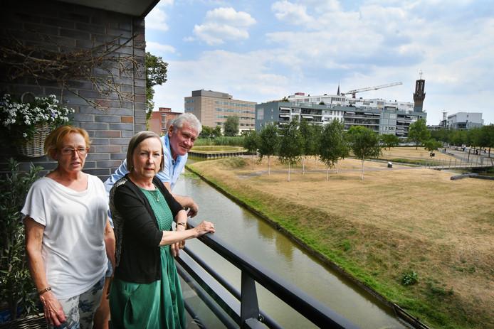 Hengelo - Bewoners appartementencomplex Paladijn zijn overlast door jongeren zat. William ter Beek, Marga van Bruggen en Kitty Poelman (midden).