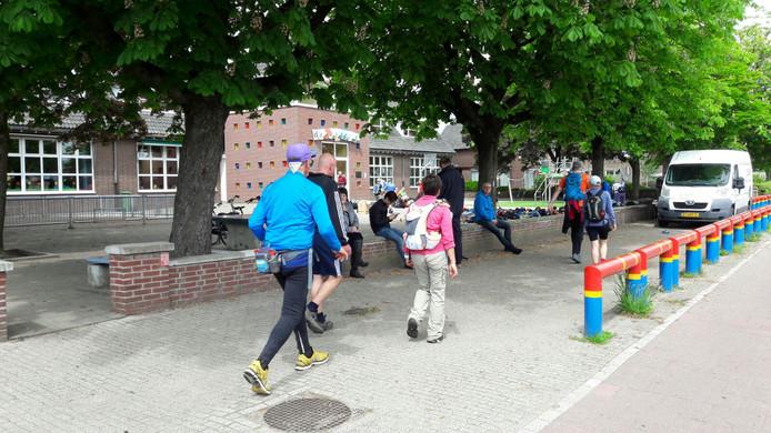 Lopers komen aan bij het rustpunt in Haps.
