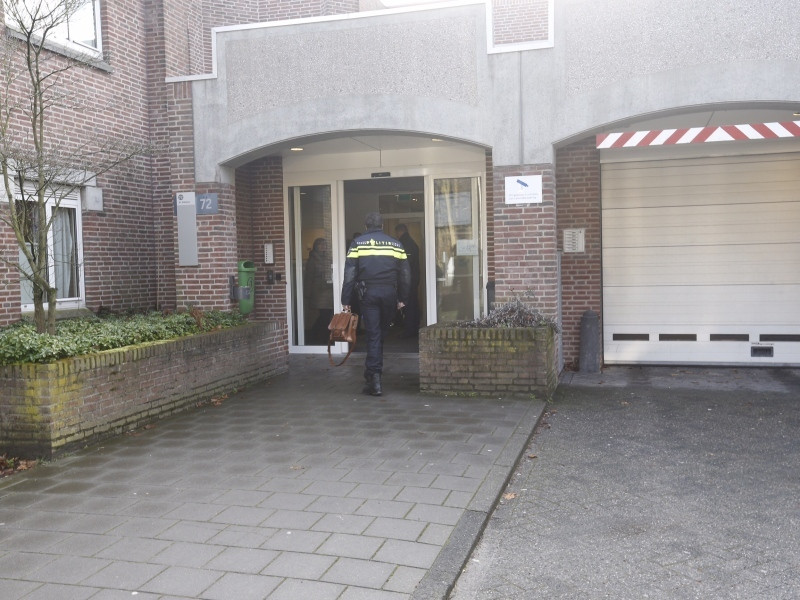 Een politieagent betreedt de Woenselse Poort