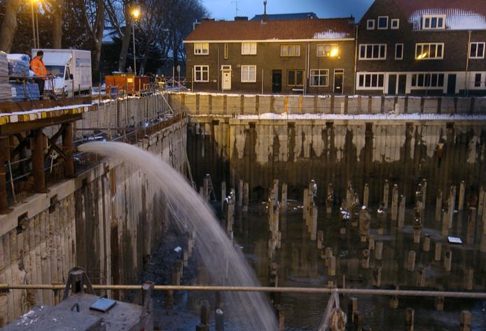 De bouwput voor een nieuw theater werd in allerijl volgepompt met water omdat de damwanden het begaven.