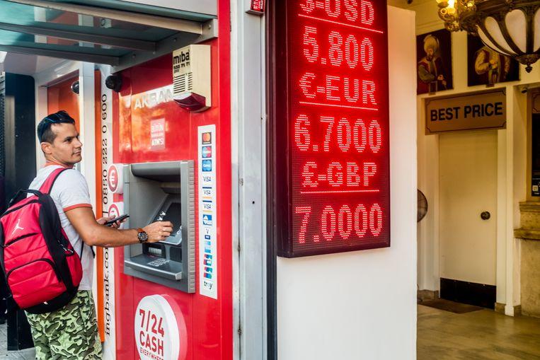 Veel Turken bezoeken de wisselkantoren in Istanbul sinds de val van de Turkse Lira. Beeld Joris Van Gennip