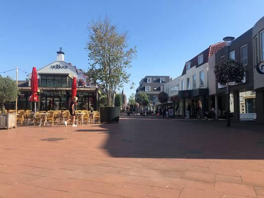 Een lege Steenstraat in Boxmeer, op een dag dat het anders heel druk zou zijn, tijdens het criterium Daags na de Tour.