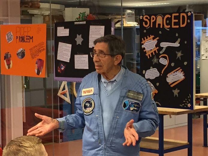 Lodewijk van den Berg vertelt aan leerlingen van het Technasium over zijn ervaringen als astronaut.
