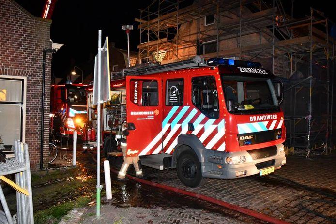 De brand ontstond vermoedelijk in de schoorsteen van de woning aan de Korte Nobelstraat in Zierikzee.