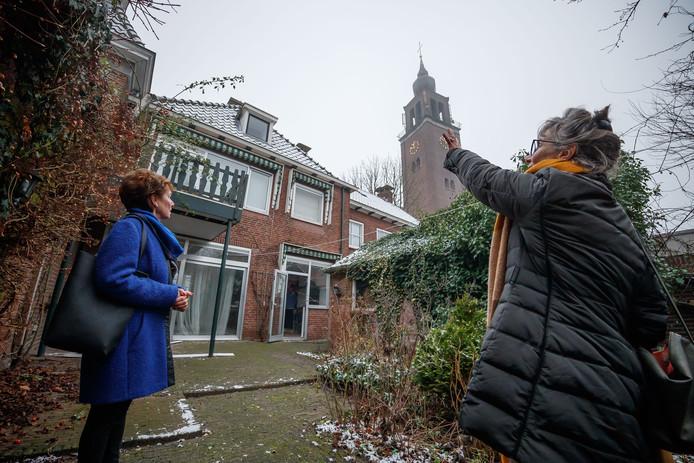 Nog een laatste keer namen de zussen Jeanne (in blauwe jas) en Dorine Sweere een kijkje in hun ouderlijk huis, Markt 17. Een van de panden die moeten wijken voor een nieuwe supermarkt in de herontwikkeling van het centrum.