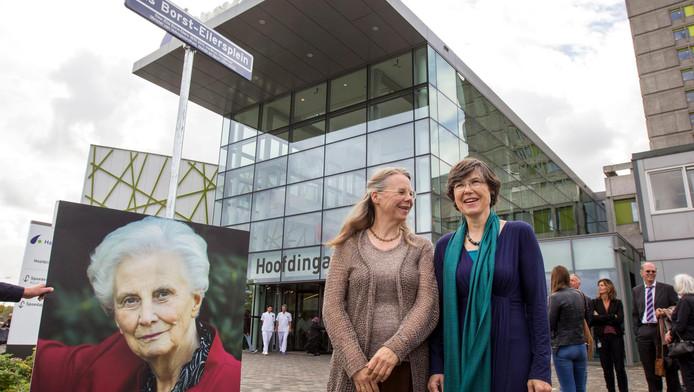 Familieleden zijn aanwezig bij de onthulling van het Els Borst-Eilersplein in Den Haag.