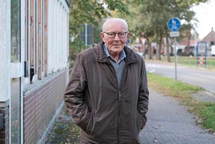 Jan Tuinte op de grens bij het oude Duitse grenskantoor bij het Duitse plaatsje Zwillbrock.