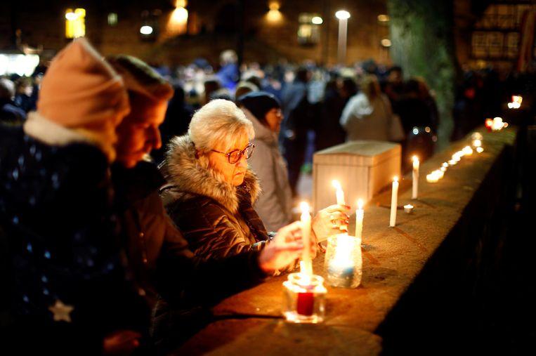 Mensen steken kaarsjes aan tijdens een herdenkingsdienst die vandaag plaatsvond in Volkmarsen.