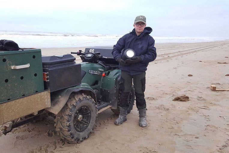 Maarten en zijn vader zoeken tussen Scheveningen en IJmuiden regelmatig naar aangespoelde zeehonden, dit keer vonden ze een urn.
