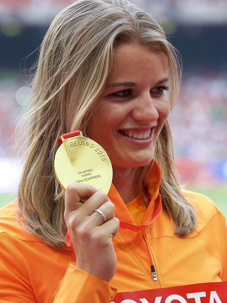 Dafne Schippers met haar gouden medaille. Beeld anp