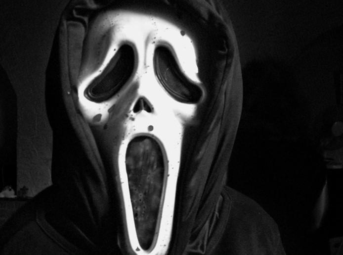 De daders droegen Scream-maskers.
