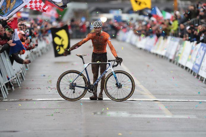 Mathieu van der Poel viert zijn wereldtitel bij het veldrijden op 20 februari.