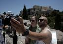 Een koppel neemt een selfie in het Griekse Athene.