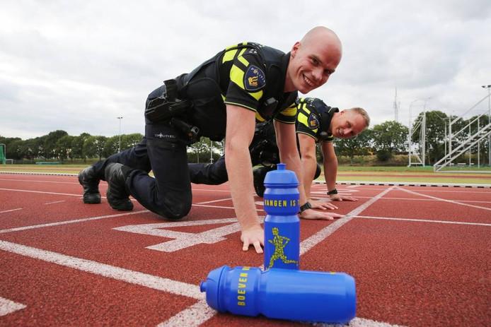 Agenten Sietse Brouwer en Mike Ravesteijn hopen op de ogen en oren van sportieve burgers.