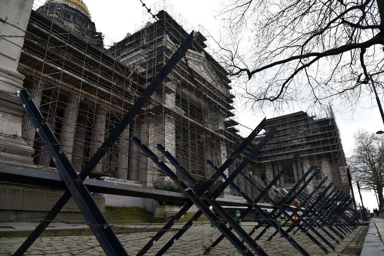 Aan het gerechts-gebouw in Brussel staan stalen hekken met prikkeldraad klaar.