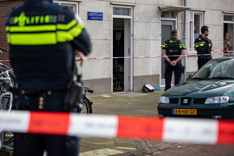 De politie doet onderzoek in de woning aan de Lorentzlaan. Beeld Novum RegioFoto