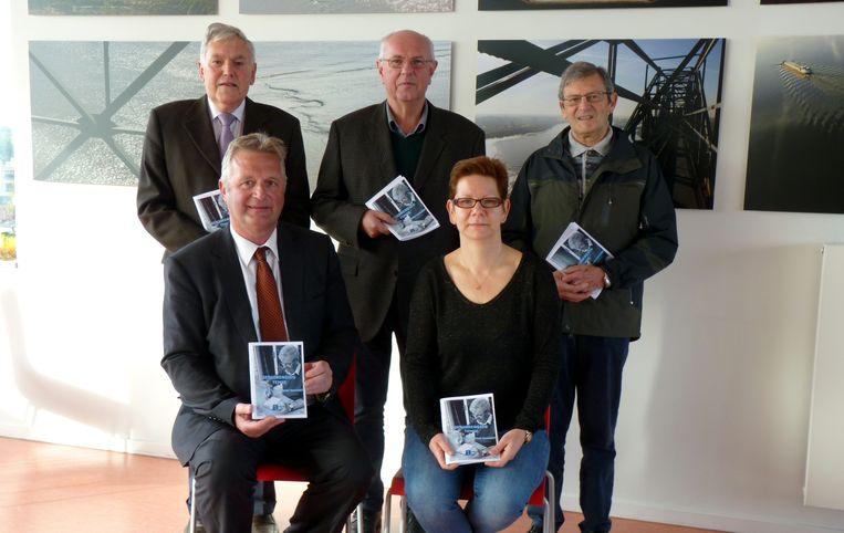 Schepen Hugo Maes en Miralda Verdickt van de dienst Senioren, met Roger Troubleyn, Jozef Verhulst en Freddy Heyndrickx van de Ouderenadviesraad.