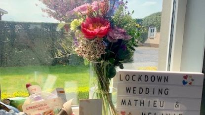 """Geschrapte trouwdag dan toch geen baaldag voor Melanie en Mathieu, dankzij hun vrienden: """"Met al die cadeaus en verrassingen werd het toch nog een leuke dag"""""""