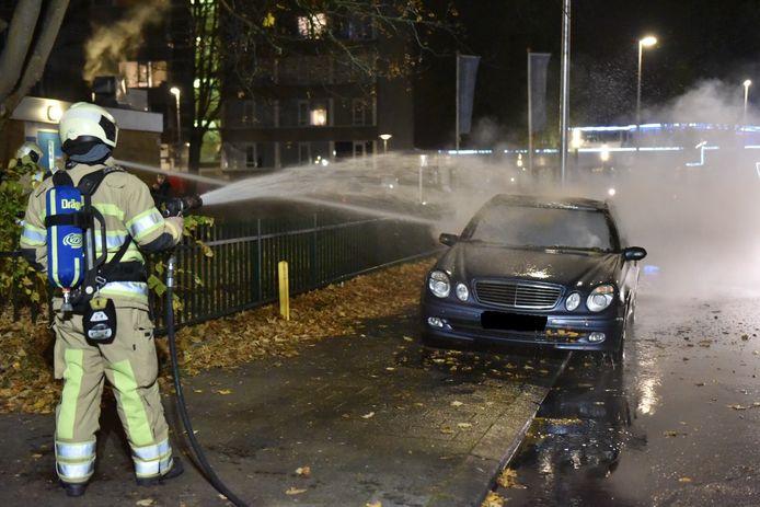 De brandweer kon niet voorkomen dat de Mercedes grote schade opliep.