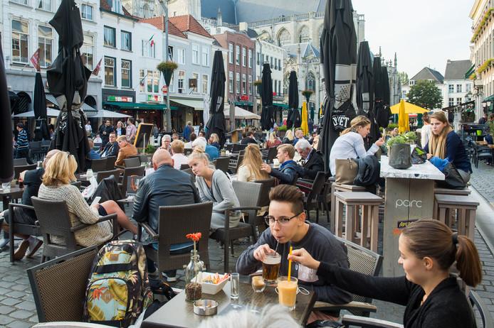 Drukte op het terras van de Grote Markt in Breda.