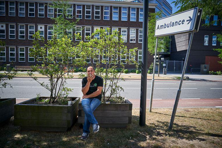 Rokers rondom het Erasmus MC in Rotterdam. Er zijn plannen om in het gebied rondom de scholen en het Erasmus MC het geheel rookvrij te maken. Beeld Phil Nijhuis