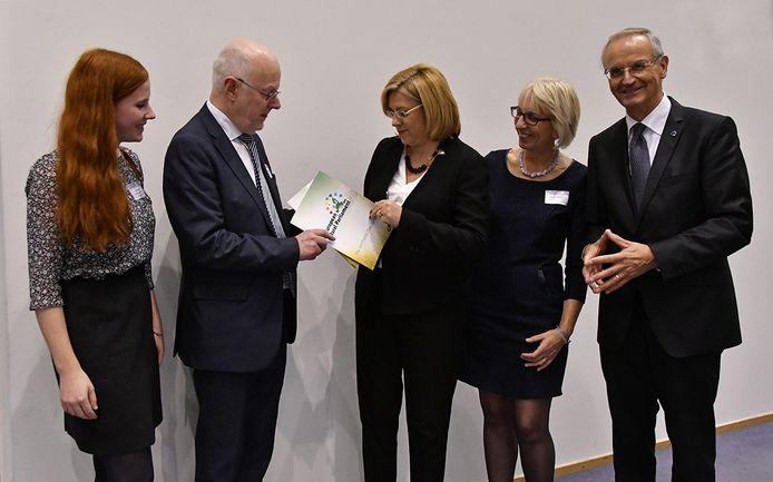 De Declaratie van Venhorst wordt door Staffan Nillson aan Eurocommissaris Cretu. Van links naar rechts: Irene Marcic, Staffan Nillson, Eurocommissaris Cretu, Angelika van der Horst en Lambert van Nistelrooi.