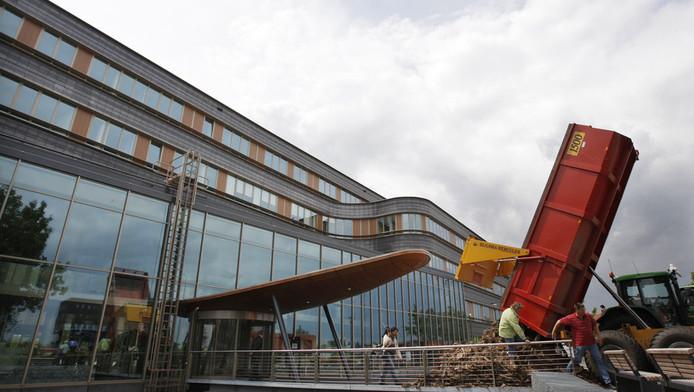 Boze boeren blokkeerden in 2008 de ingang van het provinciehuis in Lelystad. Ze waren boos over een besluit dat de provincie nam over natuurgebied Oostvaarderswold.