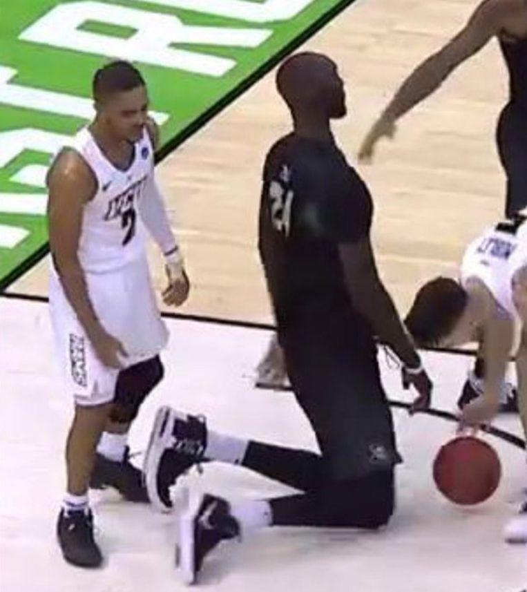 Op zijn knieën kan Tacko Fall andere basketspelers nog recht in de ogen kijken.