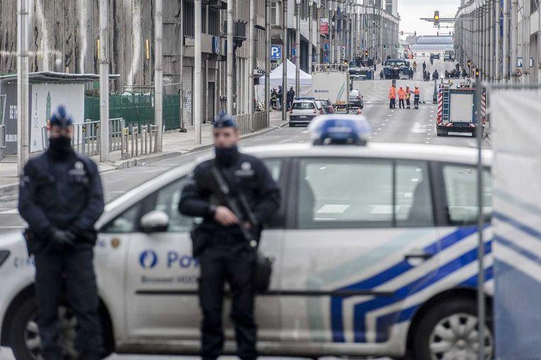 Agenten bewaken de afgezette Wetstraat. Beeld anp