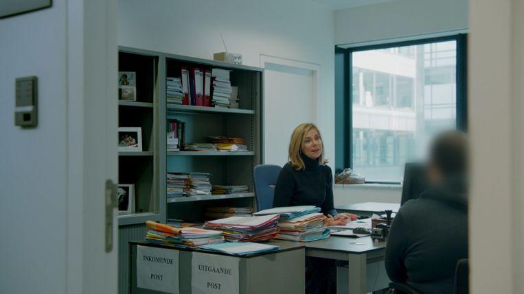 """Procureur des Konings Myriam Claeys in haar bureau. """"Maar vaak nemen ze ook levensbelangrijke beslissingen 'on the spot', bijvoorbeeld tijdens een barbecue met familie"""", aldus Eric Goens (foto onder)."""