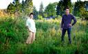 Jennifer Olivieira en Kjeld Postma op het verwilderde terrein waar medio 2021 het eerste tiny houses-project van Rotterdam moet staan.