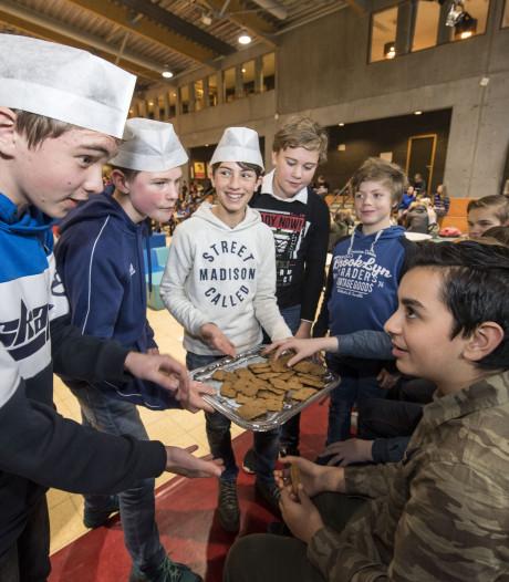 Hengelose scholieren proeven een koekje met een meelworm