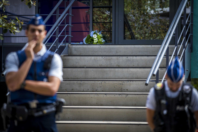 Bloemen bij het politiebureau in Spa ter nagedachtenis aan een Belgische agent die werd doodgeschoten.