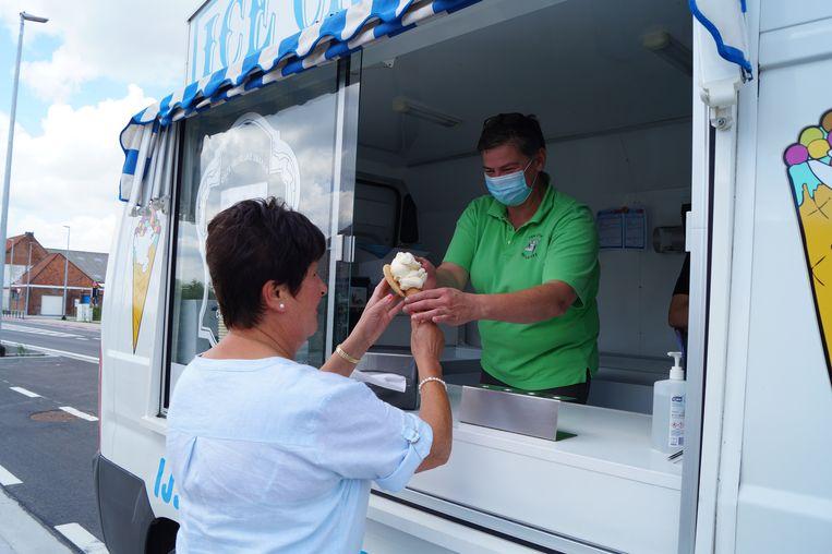 Bewoonster Ann Crombez krijgt een ijsje.