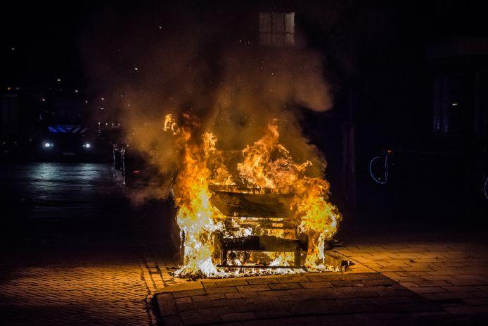 Een van de tien auto's die in brand is gestoken in Leidschendam. Er wordt extra gesurveilleerd, de politiehelikopter ingezet en camera's opgehangen.