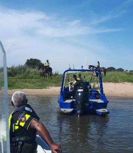 Politie te paard helpt bij oppakken bestuurders snelle waterscooters op Maas bij Ammerzoden