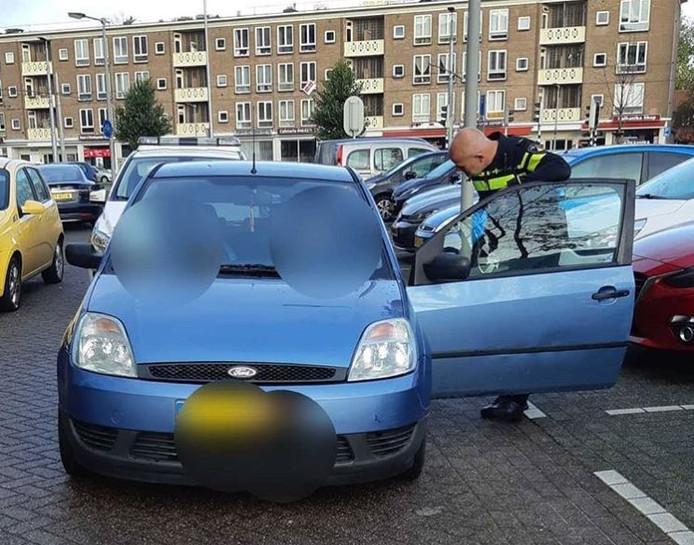 De politie bij de auto in Klarendal in Arnhem.