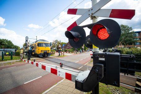 De spoorovergang in Den Dolder, die wordt afgesloten voor gemotoriseerd verkeer.