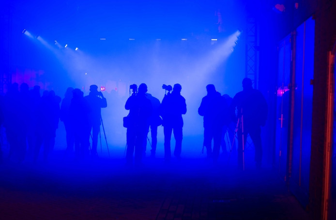 Een groep fotografen staat in het licht te fotograferen in de Expeditiestraat in Eindhoven tijdens Glow 2017 (inzending fotowedstrijd).