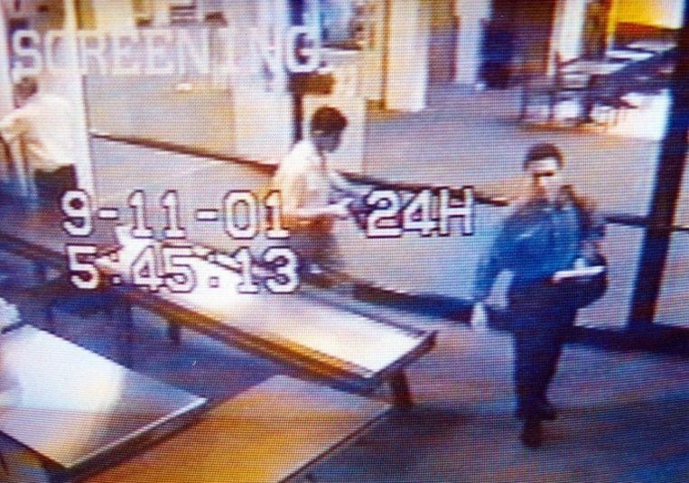 Mohamed Atta (rechts) passeert de security op de luchthaven. Enkele uren later zouden de luchtverkeersleiders plots zijn stem vanuit de cockpit van vlucht 11 horen Beeld