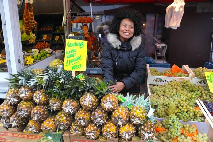 Drukte, goodybags, ballonnen, proeverijen en gratis ananas markeerden de eerste Vlissingse weekmarkt op de nieuwe oude stek: Lange Zelke en Spuistraat.