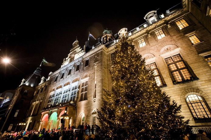 De verlichte kerstboom voor het Rotterdamse stadhuis.