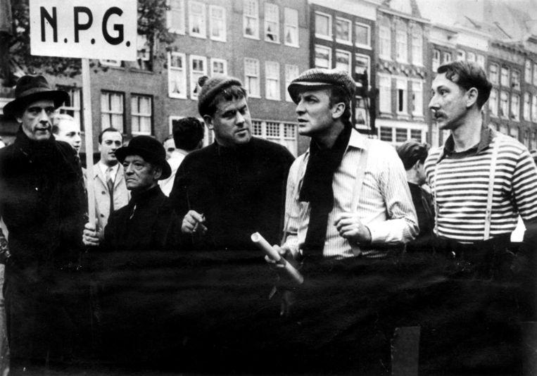 Wim Sonneveld (tweede van rechts) met Joop Doderer, J. Ellerbrak, Hans Kaart en Albert Mol in Het wonderlijke leven van Willem Parel, 1954. Beeld Hollandse Hoogte