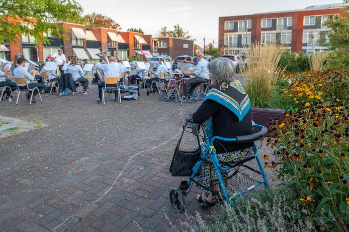 muziekvereniging Mozart; uit Yerseke; repeteerd in de binnentuin van woonzorgcentrum Moerzicht; Yerseke; 2020;