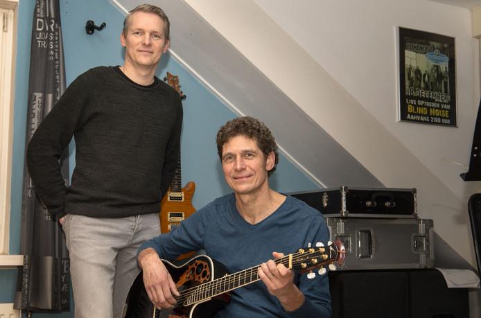 Rudi Oude Vrielink (links) en Paul Homan vertolken nummers van Simon and Garfunkel.