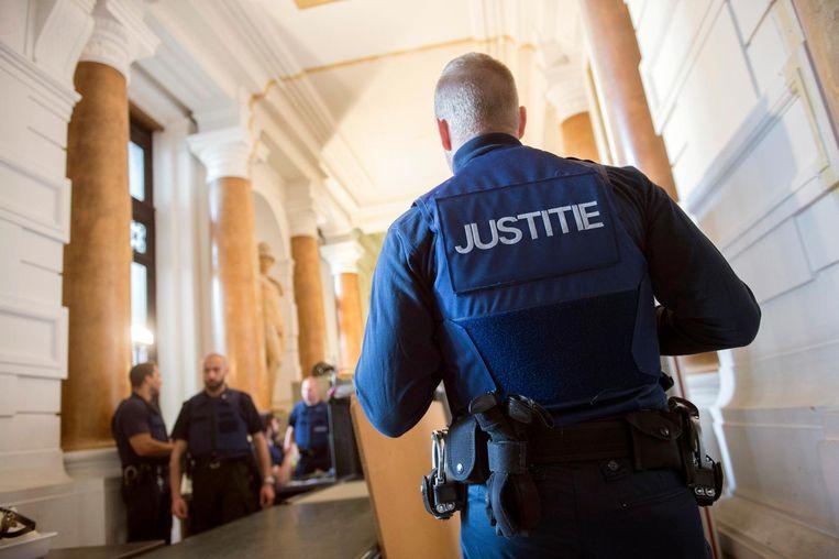 Het veiligheidskorps in het Justitiepaleis wordt bijgestaan door een private bewakingsfirma.