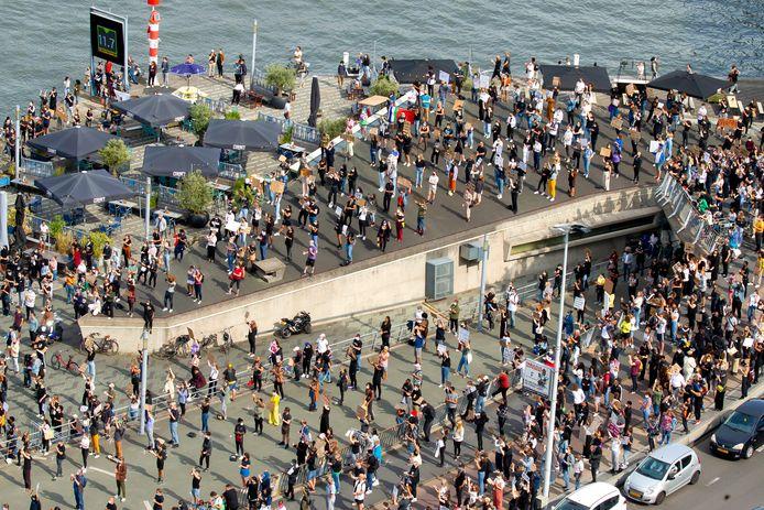 ROTTERDAM - De Black Lives Matter demonstratie bij de Erasmusbrug in Rotterdam werd afgebroken, omdat het te druk werd.