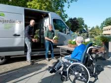 Hoveniers uit Olst-Wijhe trakteren tehuizen op een bloemetje: 'Wij draaien meer omzet, terwijl anderen het een stuk minder hebben'