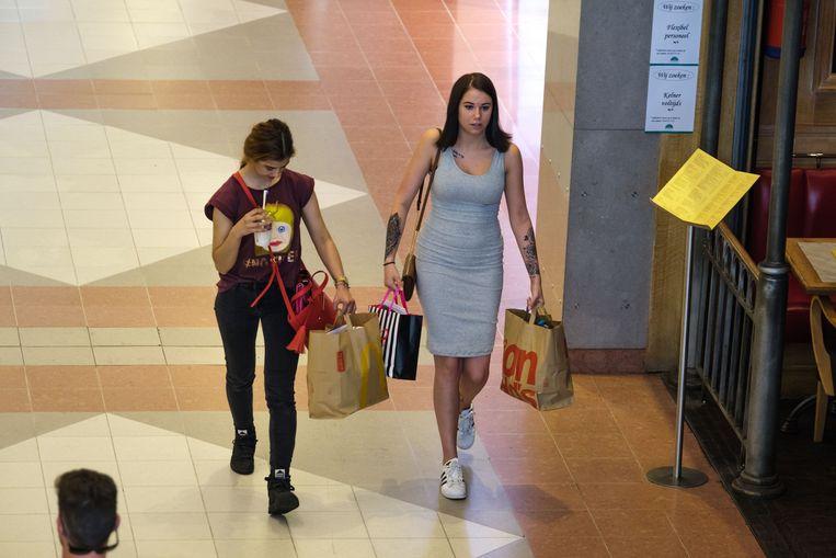 Bezoekers slenteren door het Wijnegem Shopping Center.
